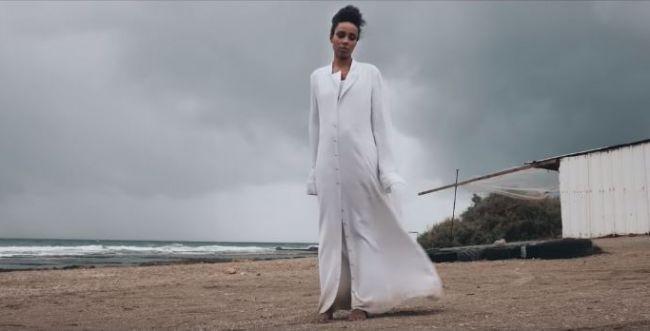 מרגש: הזמרת הבינלאומית בסינגל מלא אמונה