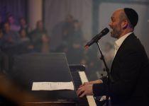 """צפו: יונתן רזאל בביצוע מפתיע ללהיט של ט""""ו בשבט"""