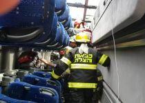 צפו: תיעוד פעולות החילוץ בתוך האוטובוס שהתהפך