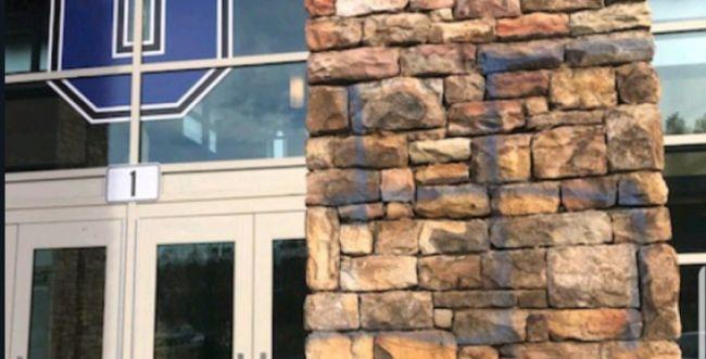 """זעזוע בארה""""ב: צלבי קרס רוססו על קירות בית ספר"""