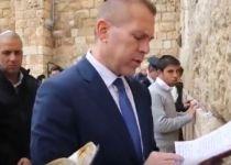 צפו: גלעד ארדן בתפילת הודיה על ההישג בפריימריז