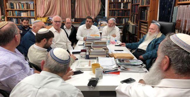 4 שעות לפגישת הרבנים עם סמוטריץ' והרב פרץ