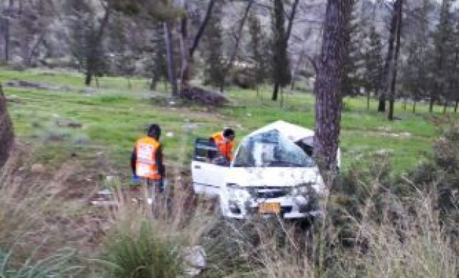נזקי הסופה: פצועים קשה וקל בהתנגשות רכב בעץ