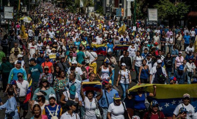 מחאת ענק בונצואלה: אלפי תושבים מוחים נגד השלטון