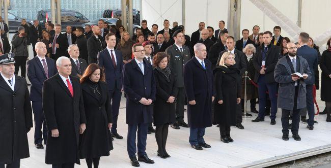 """צפו: נתניהו וסגן נשיא ארה""""ב באנדרטה לגטו ורשה"""