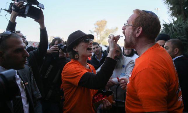 צפו: יהודה גליק בשירת בחירות לקלפי