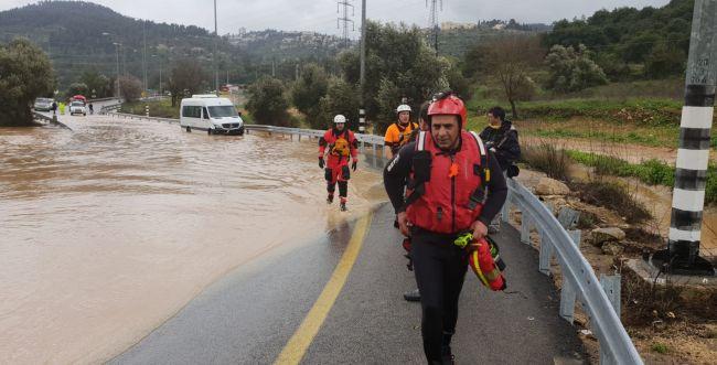 כבאים מחלצים מיניבוס שנתקע בשיטפון בירושלים