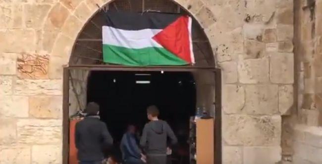 מקומם: דגל פלסטין במבנה המריבה בשער רחמים