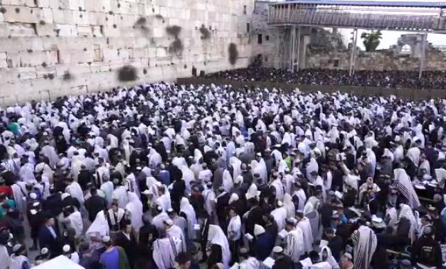 """רבבות בכותל: """"עם ישראל רוצה כותל אחד לעם אחד"""""""