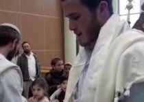 צפו: התינוק נקרא על שם הרב אטינגר; בנו היה הסנדק