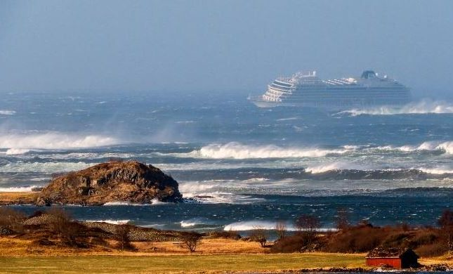 צפו: אלפים מחולצים מספינה שנתקעה בסערה
