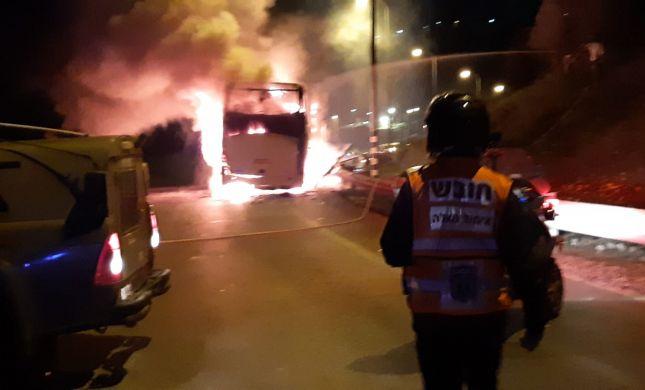 מחבלים יידו בקבוק תבערה; האוטובוס עולה באש