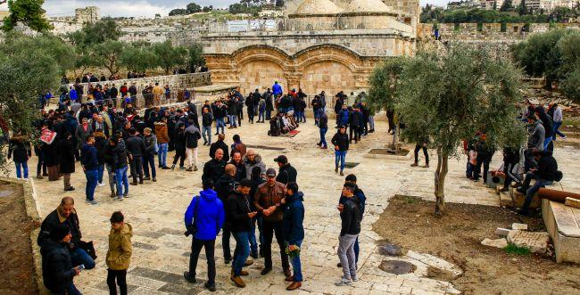 מאות מוסלמים התפללו במבנה המריבה בהר הבית