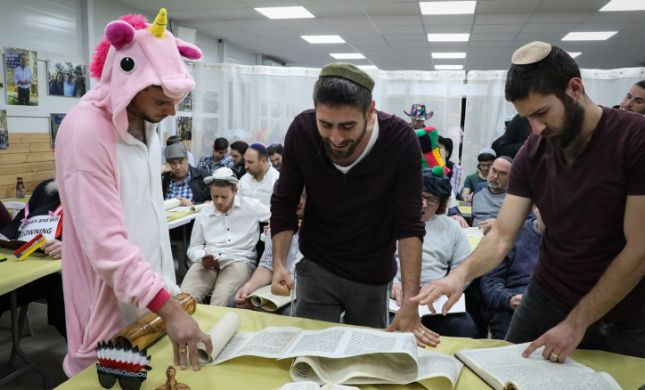 החל חג הפורים בירושלים. צפו בשידור החי