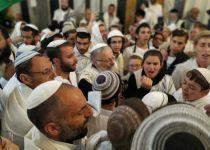 בשירה וריקודים: אלפים בתפילת הלל במערת המכפלה