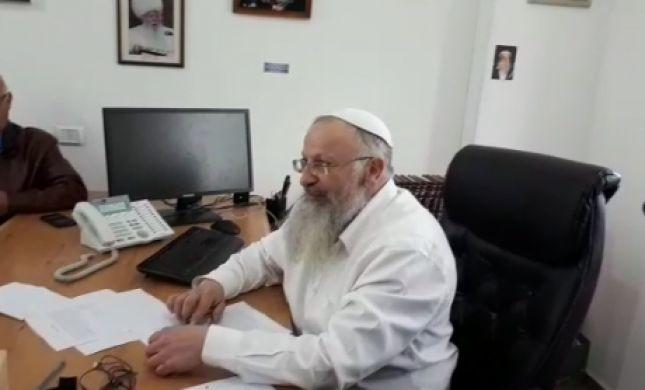 צפו: הרב שמואל אליהו מוכר את החמץ של גולשי 'סרוגים'