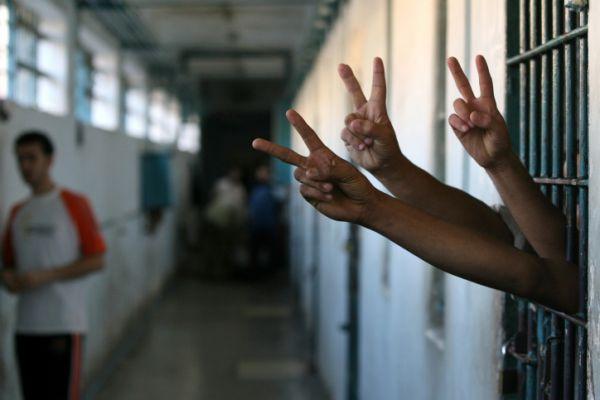 כניעה לשביתת האסירים המחבלים: יותקנו טלפונים