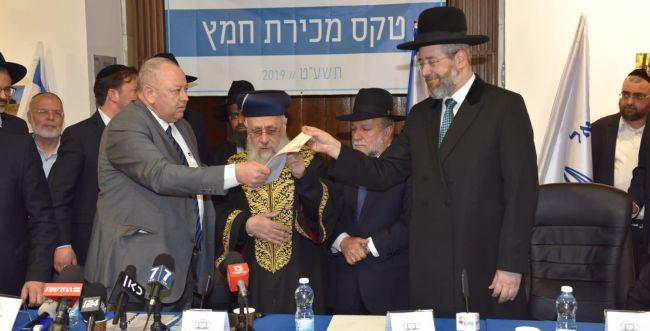 הרבנים הראשיים מכרו את החמץ של המדינה לגוי