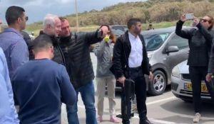 """חדשות, חדשות בארץ, מבזקים צפו: """"כאחד האדם"""", ראש הממשלה יצא להליכה בחוף"""