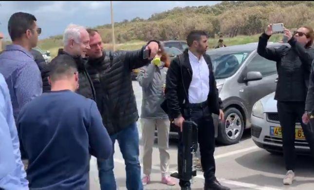 """צפו: """"כאחד האדם"""", ראש הממשלה יצא להליכה בחוף"""