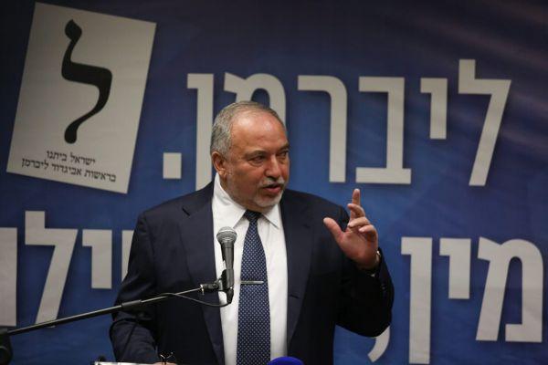 ליברמן נגד עיתונאית שפרסמה תמונה שלו עם לפיד