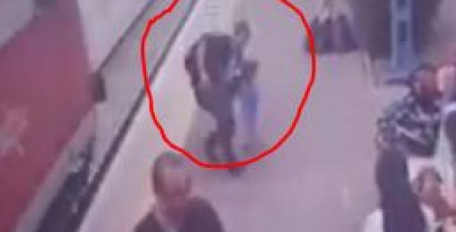 הציל תינוקת שרצה למסילה רגע לפני הגעת הרכבת. צפו