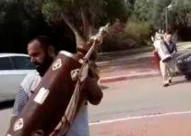 צפו: תושבי המושב שפונה מפנים את ספרי התורה