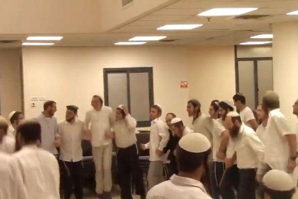 צפו: ריקודים לכבודה של מדינת ישראל בישיבת רמת גן