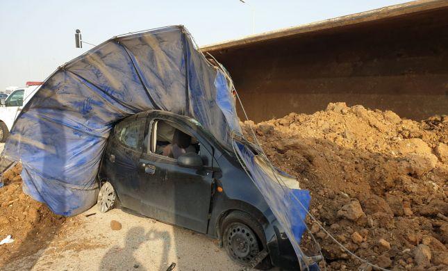 """המשאית התהפכה על רכב: """"זה יכול היה להיגמר באסון"""""""