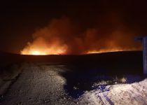 רצועת אש מעל 300 מטר: שריפה פרצה ביישוב מכמש