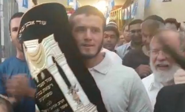 """צפו: הכנסת ספר תורה בישיבת הרב אטינגר הי""""ד"""