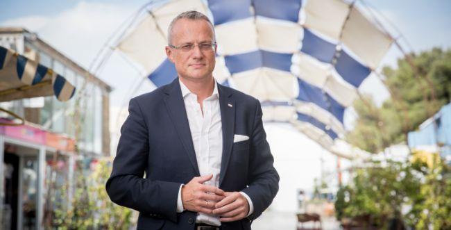 """""""מעורר בושה"""": ירק על שגריר פולין בישראל"""