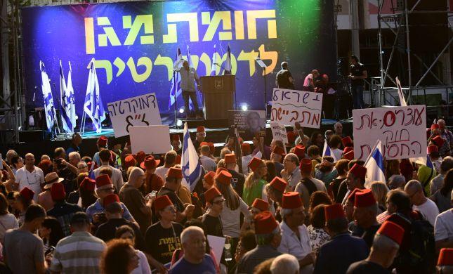 """עשרות אלפים מפגינים נגד נתניהו: """"לא נהיה כבשים"""""""