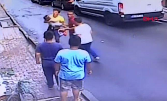 תיעוד דרמטי: אדם תפס תינוק שנפל מקומה שנייה