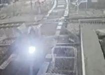 צפו: אופנוען דוהר ופורץ מחסום של מסילת רכבת