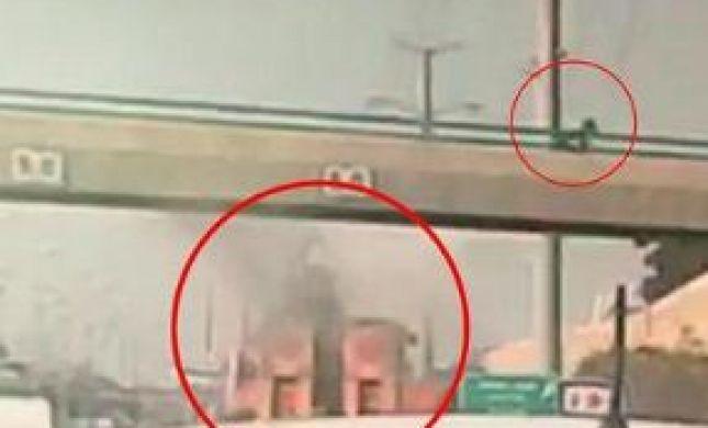 צפו:משאית 'גילחה' את גשר קוקה קולה; הולך רגל נמלט