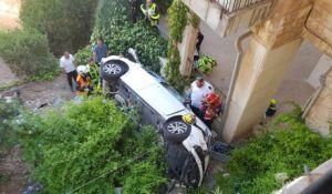 חדשות, חדשות בארץ, מבזקים אישה נלכדה ברכב שנפל מגובה בירושלים