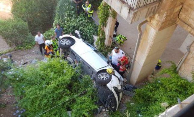אישה נלכדה ברכב שנפל מגובה בירושלים