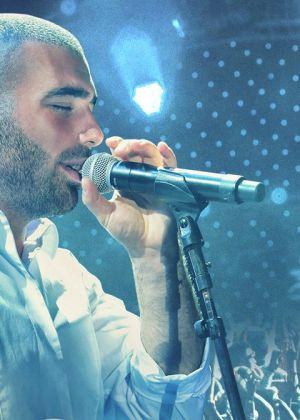 צפו: עומר אדם משיק שיר חדש שכתב והלחין