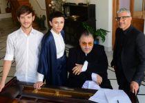 צפו: אמנים שרים למשוררת שהלכה לעולמה מסרטן