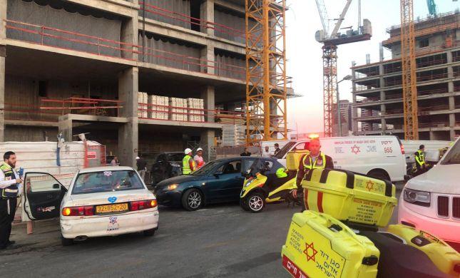 חפץ כבד נפל על פועל באתר בנייה; מצבו אנוש