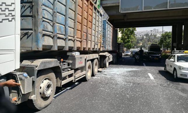 משאית התנגשה בגשר מעל קניון רמות