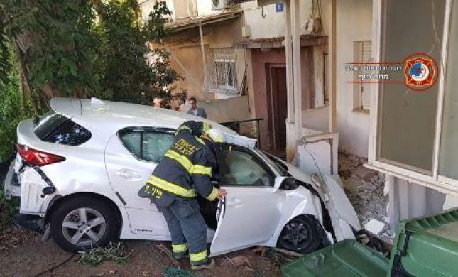 תיעוד מהזירה:איבדה שליטה על הרכב ועפה לחצר מגורים