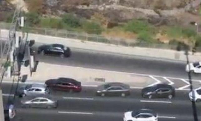 צפו: נוסע רוורס בכביש סואן ומסכן את התנועה
