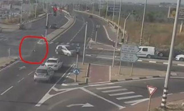 צפו: ילד שלא היה חגור עף מהרכב באמצע נסיעה
