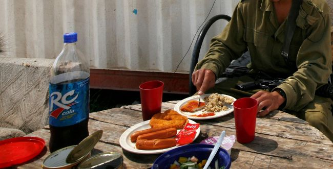 """""""מראית עין"""": החייל סולק מחדר האוכל בגלל חלב סויה"""