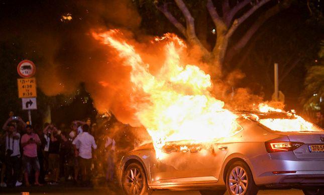 הצתת המכונית בהפגנה: צעיר נאשם בשפיכת בנזין