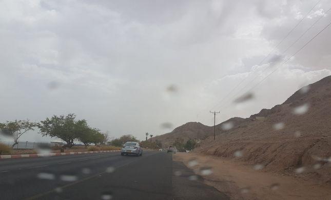 צפו: גשם באילת בעיצומו של גל החום הכבד
