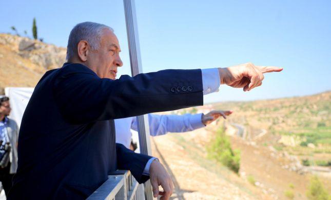 """נתניהו על המרפסת באפרת: """"זה אנחנו או הם"""""""