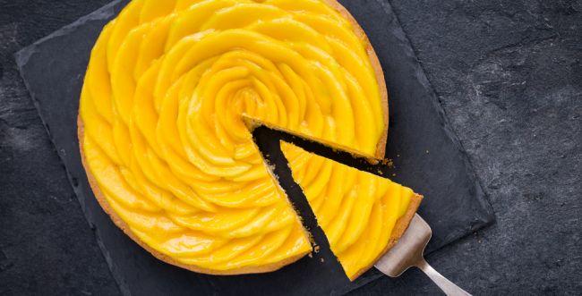 רק נראת מסובכת: כך תכינו עוגת מנגו מרהיבה. צפו